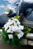 O automóvel azul do casamento imagem de stock royalty free