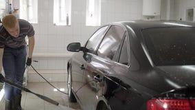 O automóvel de lavagem do homem na lavagem de carros telhou a sala filme