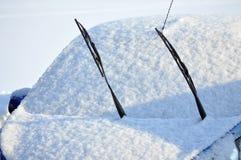 O automóvel de passageiros é completamente bloqueado pela neve Fotografia de Stock Royalty Free