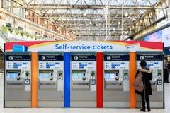 O autosserviço Tickets máquinas na estação de Waterloo foto de stock royalty free