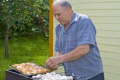 O avô faz um kebab Foto de Stock Royalty Free
