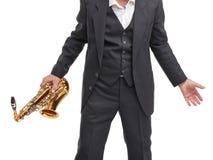 O avô que guarda um saxofone em sua mão em um branco isolou o fundo Imagens de Stock