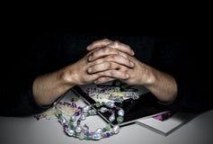 O avaliador perito da joia com seus dedos cruzados foto de stock royalty free