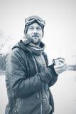 O aventureiro bebe o café no momento da inspiração Fotografia de Stock Royalty Free
