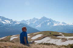 O aventureiro está relaxando na inclinação de montanha Imagens de Stock