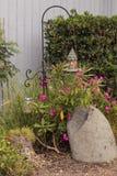 O aviário pendura de um gancho do jardim Imagens de Stock