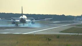 O avião é aterrado no aeroporto filme