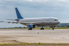 O avião é táxi na pista de decolagem Imagem de Stock Royalty Free