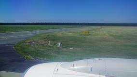 O avião acelera ao longo da pista de decolagem Vista da janela do plano Aviões Viagem pelo ar filme