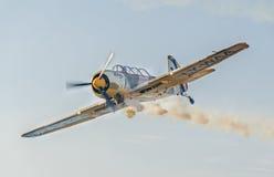O avião Aerobatic pilota o treinamento no céu da cidade de Bucareste, Romênia Avião colorido com fumo do traço Imagens de Stock Royalty Free