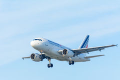 O avião Air France F-GUGF Airbus A318-100 do voo está aterrando no aeroporto de Schiphol Foto de Stock Royalty Free