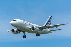 O avião Air France F-GUGF Airbus A318-100 está voando à pista de decolagem Foto de Stock