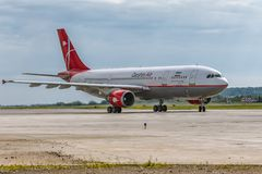 O avião Airbus A300 de Qeshm Air está aterrando na pista de decolagem Imagem de Stock Royalty Free