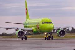 O avião Airbus A320 de S7 Airlines é táxi na pista de decolagem Imagens de Stock