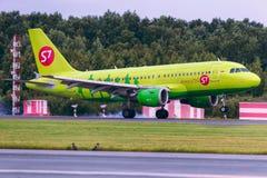 O avião Airbus A319 de S7 Airlines está aterrando na pista de decolagem Imagem de Stock