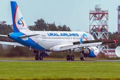 O avião Airbus A319 de Ural Airlines é táxi na pista de decolagem Fotografia de Stock Royalty Free