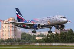 O avião Airbus A320 PFC CSKA de Aeroflot está aterrando na pista de decolagem no aeroporto Pulkovo Imagens de Stock Royalty Free