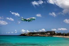 O avião Caribbean Airlines está aterrando fotos de stock