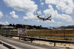 O avião Caribbean Airlines está aterrando na princesa Juliana Inte fotos de stock