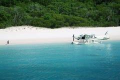 O avião chega na praia de Whitehaven Fotografia de Stock