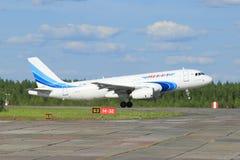 O avião comercial acelera em uma pista de decolagem Fotografia de Stock