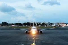 O avião comercial branco decola da pista de decolagem do aeroporto Aircraf Fotos de Stock