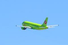 O avião comercial contra o céu azul Imagem de Stock