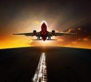 O avião comercial decola do agasint s bonito da pista de decolagem do aeroporto fotografia de stock royalty free