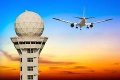 O avião comercial decola sobre a torre de controlo do aeroporto Fotografia de Stock