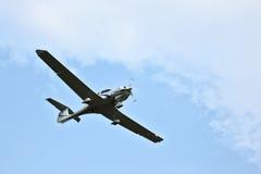O avião comercial voa no por do sol no fundo do arranha-céus b fotografia de stock royalty free
