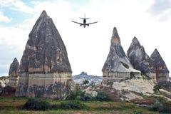 O avião comercial voa sobre as montanhas de Cappadocia Turquia imagens de stock