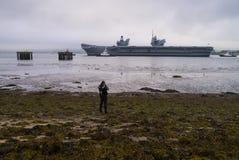 O avião da rainha Elizabeth II do HMS sae do delta de Cromarty foto de stock