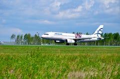 O avião de Aegean Airlines Airbus A320 está montando na pista de decolagem após a chegada no aeroporto internacional de Pulkovo e Imagens de Stock