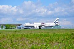 O avião de Aegean Airlines Airbus A320 está montando na pista de decolagem após a chegada no aeroporto internacional de Pulkovo e Imagens de Stock Royalty Free