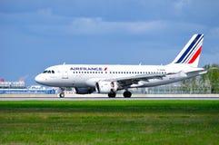 O avião de Air France Airbus A319 está aterrando no aeroporto internacional de Pulkovo em St Petersburg, Rússia Imagens de Stock