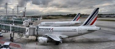 O avião de Air France Airbus estacionado em povos do aeroporto de Paris está embarcando ao voo Fotografia de Stock