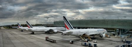 O avião de Air France Airbus estacionado em povos do aeroporto de Paris está embarcando ao voo Imagens de Stock