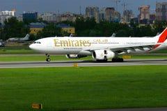 O avião de Airbus A330-243 da linha aérea dos emirados está aterrando no aeroporto internacional de Pulkovo em St Petersburg, Rús Fotos de Stock Royalty Free