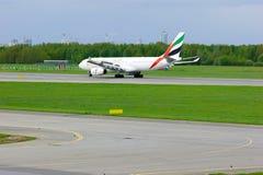 O avião de Airbus A330-243 da linha aérea dos emirados está aterrando no aeroporto internacional de Pulkovo em St Petersburg, Rús Fotos de Stock