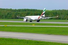 O avião de Airbus A330-243 da linha aérea dos emirados está aterrando no aeroporto internacional de Pulkovo em St Petersburg, Rús Fotografia de Stock Royalty Free