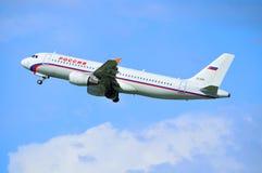 O avião de Airbus A320 das linhas aéreas de Rossiya está voando no céu após a partida do aeroporto internacional de Pulkovo em St Imagem de Stock