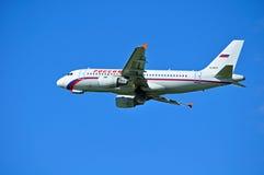 O avião de Airbus A319 das linhas aéreas de Rossiya está voando no céu após a partida do aeroporto internacional de Pulkovo em St Imagem de Stock