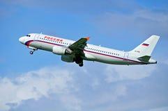 O avião de Airbus A320 das linhas aéreas de Rossiya está voando no céu após a partida do aeroporto internacional de Pulkovo em St Fotografia de Stock