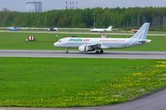 O avião de Alitalia Airbus A320-216 da linha aérea está aterrando no aeroporto internacional de Pulkovo em St Petersburg, Rússia Imagens de Stock