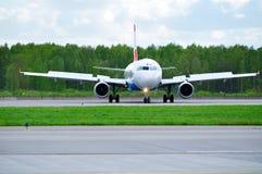 O avião de Austrian Airlines Airbus A320 está montando na pista de decolagem após a aterrissagem no aeroporto internacional de Pu Fotos de Stock