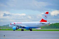 O avião de Austrian Airlines Airbus A320 está montando na pista de decolagem após a chegada no aeroporto internacional de Pulkovo Imagem de Stock
