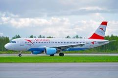 O avião de Austrian Airlines Airbus A320 está montando na pista de decolagem após a chegada no aeroporto internacional de Pulkovo Foto de Stock Royalty Free