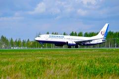 O avião de Boeing 737-800 das linhas aéreas de Orenair está aterrando na pista de decolagem no aeroporto internacional de Pulkovo Imagem de Stock Royalty Free