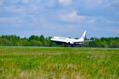 O avião de Boeing 737-800 das linhas aéreas de Orenair está aterrando na pista de decolagem no aeroporto internacional de Pulkovo Imagens de Stock Royalty Free