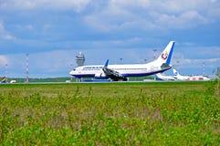 O avião de Boeing 737-800 das linhas aéreas de Orenair está aterrando na pista de decolagem no aeroporto internacional de Pulkovo Foto de Stock